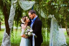 Les jeunes mariés étreignent Photographie stock