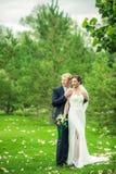 Les jeunes mariés Images stock