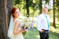 Les jeunes mariés en parc images libres de droits