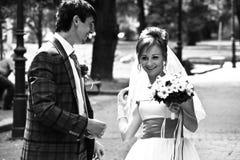 Les jeunes mariés passent le bon temps et ont l'amusement Images libres de droits