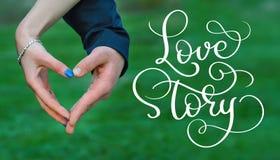 Les jeunes mariés remettent faire l'histoire d'amour des textes de coeur et de vintage Aspiration de main de lettrage de calligra Photo libre de droits