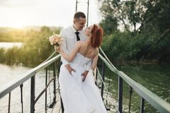 Les jeunes mariés se tiennent sur le pont Photos libres de droits