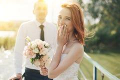 Les jeunes mariés se tiennent sur le pont Photographie stock libre de droits