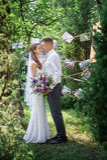 Les jeunes mariés sont dans le jardin de floraison de ressort Photos stock