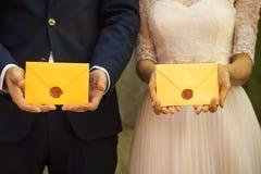 Les jeunes mariés tiennent des lettres d'amour photos libres de droits