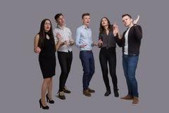 Les jeunes modernes chantent D'isolement karaoke images stock