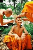 les jeunes moines bouddhistes rasant chaque autres se dirigent en vue d'un événement saint de festival photographie stock libre de droits