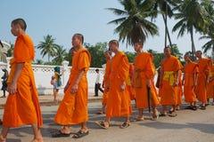Les jeunes moines participent au cortège religieux pendant la célébration de Lao New Year dans Luang Prabang, Laos Photos stock
