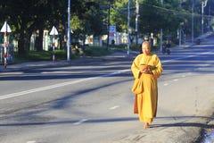 Les jeunes moines sont aumône de marche de matin dans Dalat image libre de droits