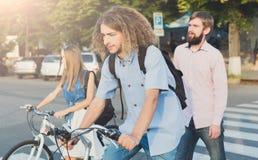 Les jeunes montant sur des vélos Photo stock