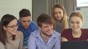 Les jeunes montrent leurs pouces au bureau photo libre de droits