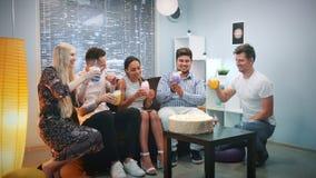Les jeunes multi-ethniques faisant des pains grillés avec des cocktails de glace carbonique sur la fête d'anniversaire banque de vidéos