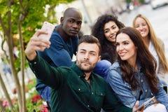 Les jeunes multi-ethniques prenant le selfie ensemble dans le backgr urbain Photos libres de droits