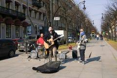 Les jeunes musiciens de rue jouent dans la rue de Bolshaya Konyushennaya Source à St Petersburg Photographie stock libre de droits