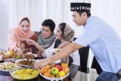 Les jeunes musulmans prennent à des nourritures pour des coupures le rapide image libre de droits