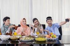 Les jeunes musulmans prennent la photo avant la consommation photos libres de droits