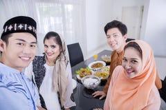 Les jeunes musulmans prennent la photo dans la salle à manger photos libres de droits