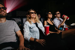 Les jeunes observant le film 3d Image libre de droits