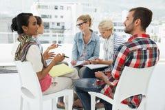 Les jeunes occasionnels lors de la réunion Image stock