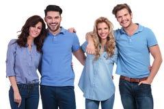 Les jeunes occasionnels riant ensemble Image stock