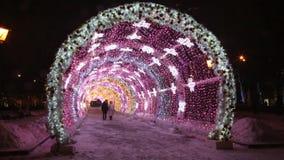 Les jeunes ont dedans allumé avec les lumières colorées le tunnel à la place de Pushkinskaya, Moscou banque de vidéos