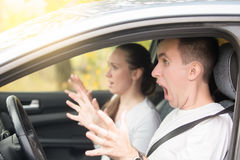 Les jeunes ont effrayé le conducteur d'homme et une passagère de femme Image stock