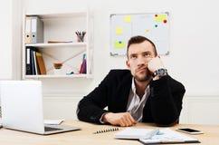 Les jeunes ont ennuyé l'homme d'affaires avec l'ordinateur portable dans le bureau blanc moderne photo libre de droits