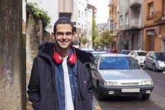 Les jeunes ont façonné avec des écouteurs dans la ville photos libres de droits