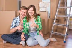 Les jeunes ont marié des ajouter aux boîtes et à tenir des clés plates Photo stock