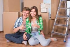 Les jeunes ont marié des ajouter aux boîtes et à tenir des clés plates Image stock
