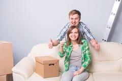 Les jeunes ont marié des ajouter aux boîtes et à tenir des clés plates Photographie stock libre de droits