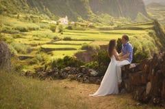 Les jeunes ont nouvellement épousé des couples dans le honneymoon sur l'île de Flores, Açores Image libre de droits