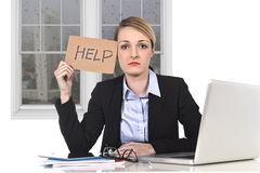 Les jeunes ont souligné le signe d'aide de participation de femme d'affaires surmené à l'ordinateur de bureau Photographie stock libre de droits