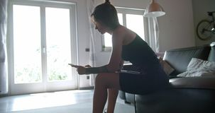 Les jeunes ont tatoué la femme à l'aide du smartphone pour dépister pendant la séance d'entraînement à la maison de sport de form banque de vidéos