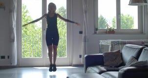 Les jeunes ont tatoué la femme faisant les pantins s'exercent pendant la séance d'entraînement à la maison de sport de forme phys clips vidéos