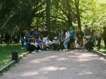 Les jeunes ou étudiants à un événement de renforcement d'équipe Images stock