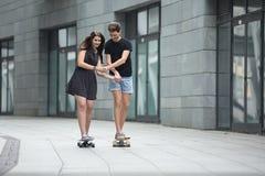 Les jeunes paires dans l'amour des adolescents élégants montent Images libres de droits