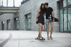 Les jeunes paires dans l'amour des adolescents élégants montent Photos stock