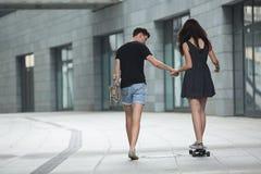 Les jeunes paires dans l'amour des adolescents élégants montent Images stock