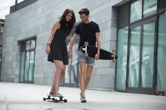 Les jeunes paires dans l'amour des adolescents élégants montent Photographie stock