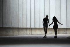 Les jeunes paires dans l'amour des adolescents élégants montent Photo libre de droits