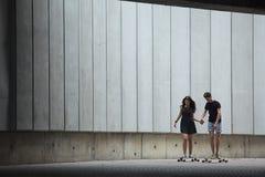 Les jeunes paires dans l'amour des adolescents élégants montent Photos libres de droits