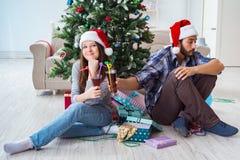 Les jeunes paires dans la situation de conflit pendant la nuit de Noël Photographie stock libre de droits