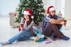 Les jeunes paires dans la situation de conflit pendant la nuit de Noël Photos stock