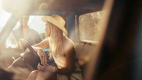Les jeunes parlant dans la voiture Image stock