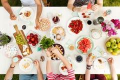 Les jeunes partageant la nourriture Image stock