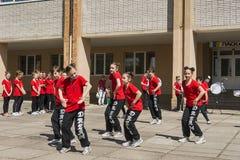Les jeunes participent à la concurrence de danse Images stock