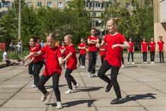 Les jeunes participent à la concurrence de danse photos libres de droits