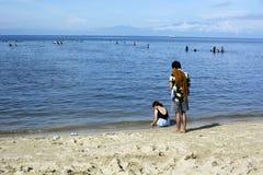 Les jeunes passent le temps de vacances d'été sur la plage sablonneuse blanche pendant l'été Photos stock