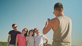 Les jeunes posant pour une photo sur la plage Photographie stock